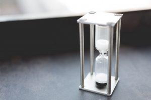 時間を計るためにテーブルに置かれた砂時計