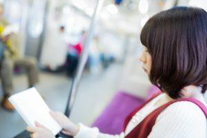 電車の中で、暗記を頑張っている女子中学生