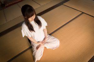 座禅を組んで、不安を受け入れる訓練をしている女性