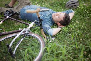 草の上で、リラックスして寝転んでいる男性