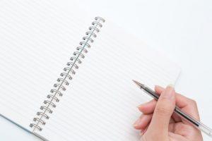 少しずつ目標を達成しようと勉強してノートをとっている生徒の写真