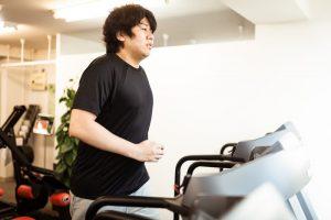 ダイエットにいそしんでいる肥満の男性