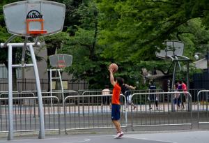 バスケットボールの練習をしている少年の画像