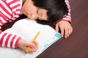 やる気があるのに、勉強中に居眠りしている女の子