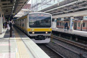 電車が駅に停まっている写真