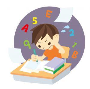 一生懸命、計算問題に取り組んでいる少年