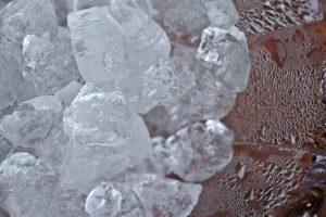 氷が状態変化して水になりつつある写真