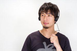 ヘッドホンで音楽を聴きながら、集中力を高める男性