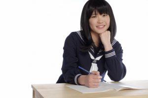 楽しそうに勉強に取り組む女子中学生