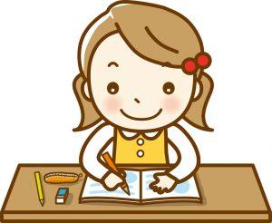 机に向かって、勉強に取り組んでいる女の子