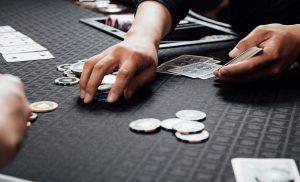 カジノでチップのやりとりをしているギャンブラーたち