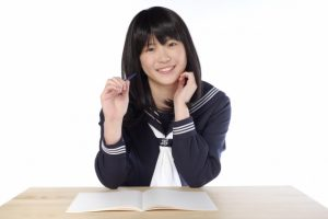 楽しく勉強している中学生