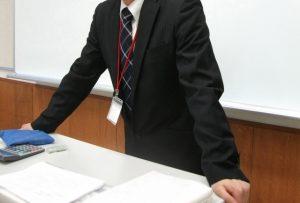 学習塾で授業をしている塾講師の写真