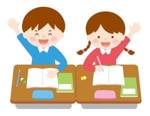 机で勉強中の手を挙げている子どもたち