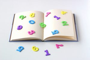 数字とノートの写真