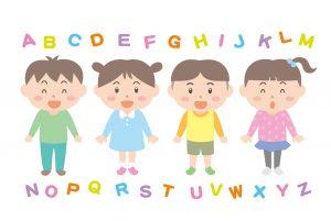 英語のアルファベットと子どもたちが並んでいるイラスト