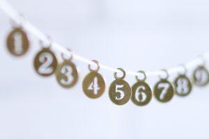 2~7までの数字がひもに通されてならべてある写真