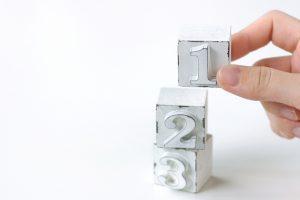 1、2、3の数字の置き物が上に積み上げてある写真