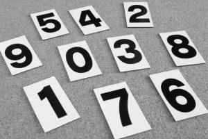 0~9までの数字のカードが散らばっている画像