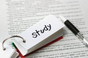 """""""study""""と書かれた英単語帳が真ん中に写っている写真"""
