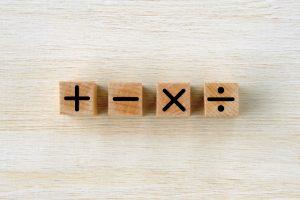 +、-、×、÷の記号の積み木が並べてある写真