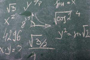 根号や数式がたくさんかかれている黒板の画像