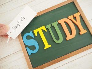 """黒板に""""study""""という文字が載っている写真"""