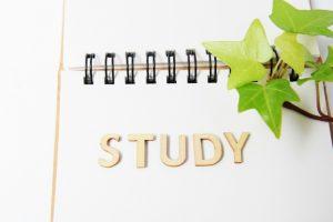 """アルファベットで""""study""""とかかれているスケッチブックの写真"""