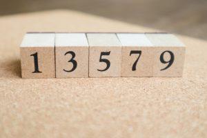 奇数である1・3・5・7・9の積み木が並んでいる写真
