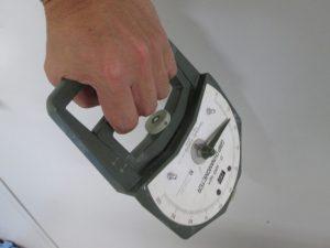 力を測る器具を人の手が握っている写真