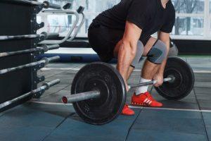 重量挙げをしようとしている男性の写真