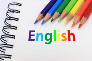 6色の色鉛筆でスケッチブックにEnglishと書かれた画像
